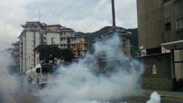 La mayoría de las marchas opositoras son dispersadas por la Guardia Nacional Bolivariana y la Policía Nacional Bolivariana antes de llegar a su destino. (@unidadvenezuela)