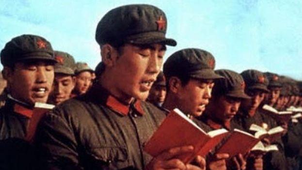Guardias rojos concursaban para ver quién se sabía más páginas de memoria del Libro Rojo de Mao. (CC)