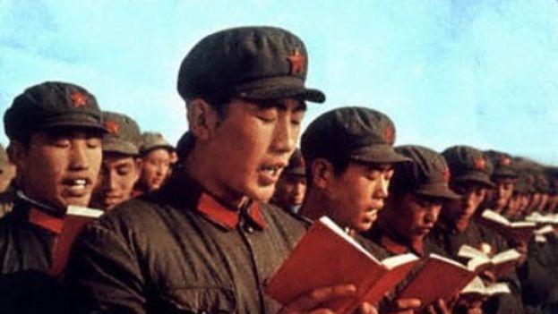 Guardias rojos de la revolución cultural china leen 'El libro rojo' de Mao