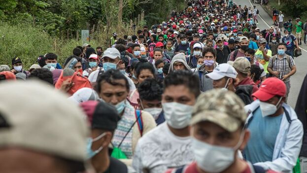 Un nuevo grupo de aproximadamente tres mil migrantes hondureños llega a Guatemala este sábado, luego de cruzar el punto fronterizo de El Florido, en Camotán, Guatemala. (EFE/Esteban Biba)