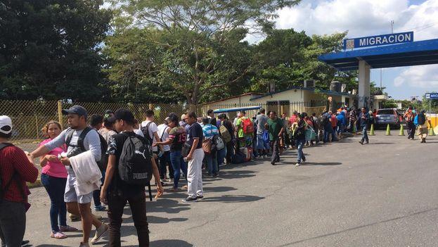 En la garita migratoria de Tecun Uman, Guatemala, cientos de migrantes hacen fila para cruzar hacia México por el puente internacional Rodolfo Robles. (@CuartoPoderMX)