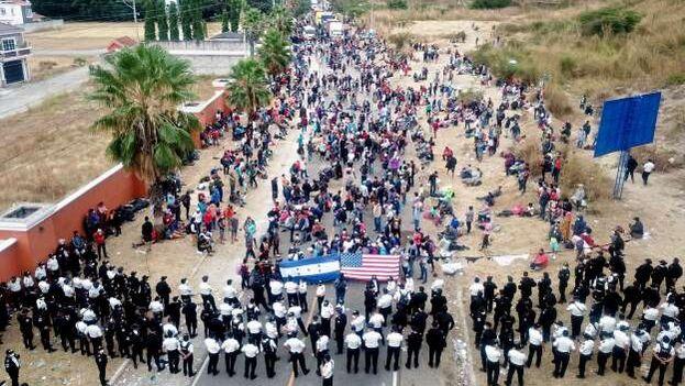 Este lunes las fuerzas de seguridad de Guatemala disolvieron a la fuerza a la caravana de más de 6.000 hondureños que buscaban llegar a EE UU. (EFE)