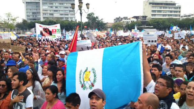 Guatemaltecos en protesta por las calles de Guatemala. (Twitter/Guatevisión)
