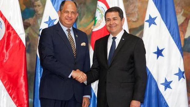 El presidente de Costa Rica, Luis Guillermo Solís, y su homólogo de Honduras, Juan Orlando Hernández, este jueves en Tegucigalpa. (EFE/Gustavo Amador)