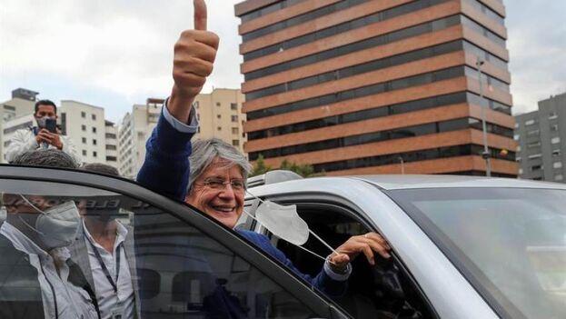 El candidato Guillermo Lasso se despide antes de entrar a un vehículo a su salida del Consejo Nacional Electoral en Quito (Ecuador). (EFE/José Jácome)