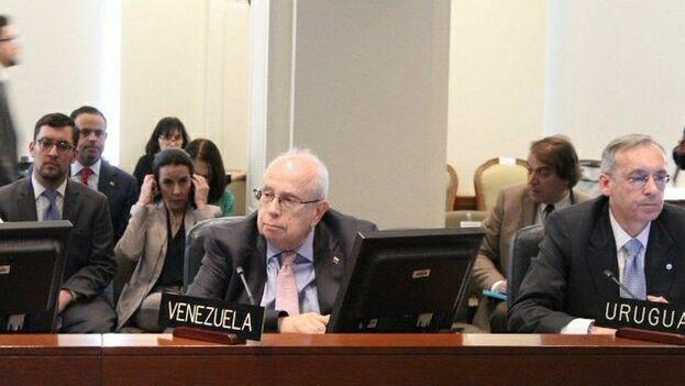Gustavo Tarre sentado en la reunión de la OEA. (@jguaido)