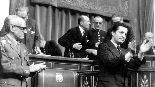 Suárez y Gutiérrez Mellado aplauden la aprobación del Proyecto de Reforma Política, que articuló la transición democrática española, en noviembre de 1976. EFE