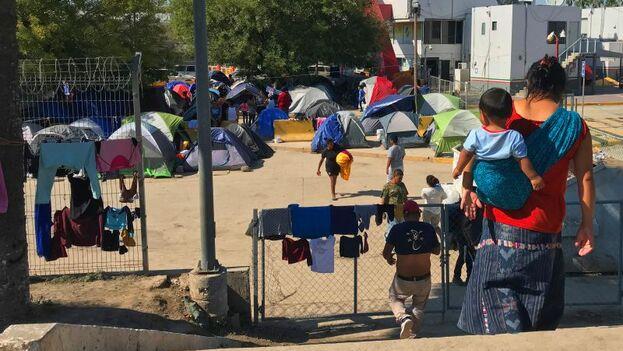HRW alertó de que esta política expone a los solicitantes de asilo a violencia y enfermedades. (EFE)