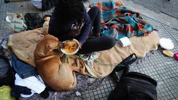 Habitantes en situación de desempleo reciben un plato de comida de la Asociación Francisca de Solidaridad de Sao Paulo. (EFE)
