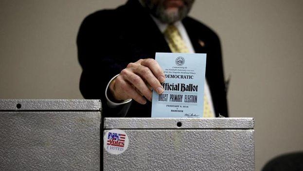 Un hombre ejerce su derecho al voto en un colegio electoral de Hancock, en Nuevo Hampshire, Estados Unidos. (EFE)