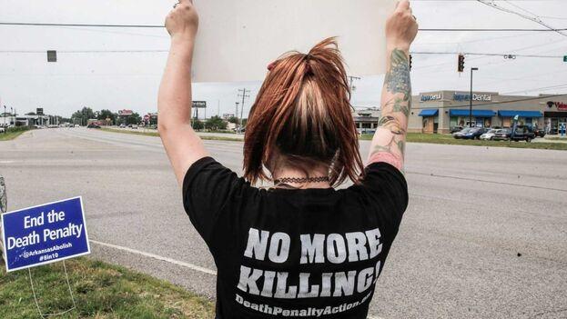 Una mujer protestando contra la pena de muerte en el exterior de la cárcel de Terre Haute en Indiana, Estados Unidos. (EFE/Tannen Maury)