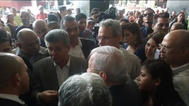 Henry Ramos Allup intenta entrar a las oficinas parlamentarias. (Twitter)