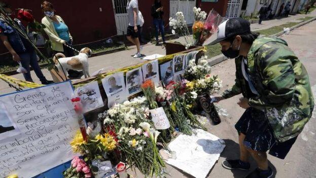Altar en memoria de Cristian Hernández, muerto durante disturbios frente al CAI del Verbenal, este viernes en Bogotá. (EFE/Mauricio Dueñas Castañeda)