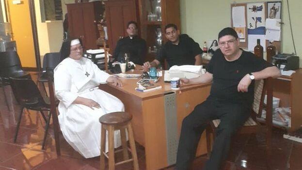 Los sacerdotes Luis Herrera, Rodolfo Lopez y Said junto a Sor Arelys permanecen retenidos en la sacristía de la Catedral de Managua, según denuncian varios activistas. (Twitter)