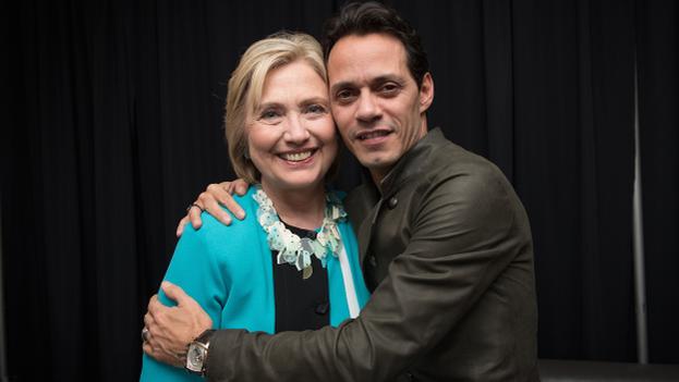 Hillary Clinton junto al cantante Marc Anthony que apoyo 'Latinos por Hillary'. (@HillaryClinton)