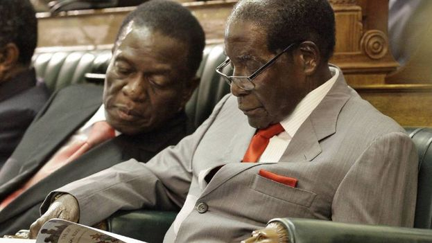 """""""¡Hola! ¡Bienvenidos al nuevo Zimbabue!"""", grita una y otra vez uno de los miles de ciudadanos anónimos que han tomado las calles de la capital, Harare"""