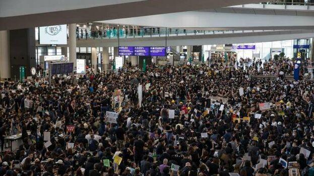 La terminal aérea de Hong Kong se llenó de activistas protestando este fin de semana. (EFE)