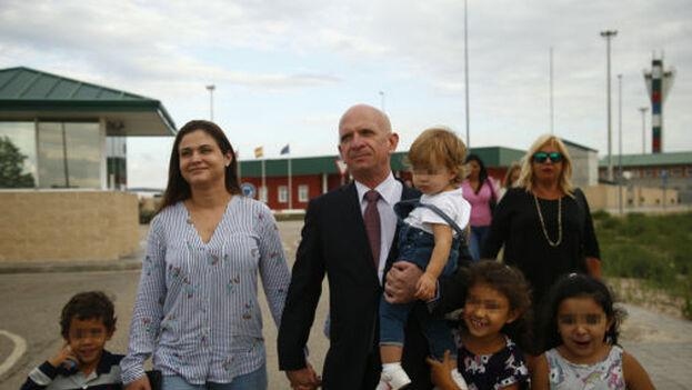 Hugo Carvajal junto a su familia a la salida de la prisión de Estremera, Madrid, este septiembre. (EFE)