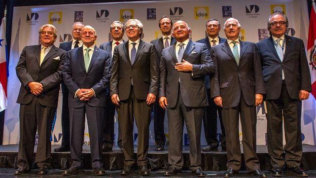 21 expresidentes califican de