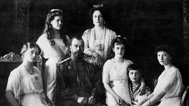 El zar Nicolás II junto a su familia (1914): (de izquierda a derecha), Olga, María, Czarina Alexandra, Anastasia, Alexei, Tatiana. (Archivo)