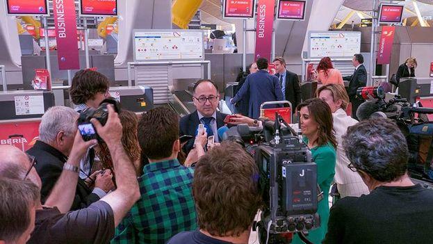 El presidente de Iberia, Luis Gallego, rodeado de periodistas en el aeropuerto de Madrid. (Facebook)