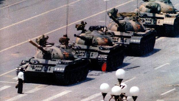 Icónica imagen de un hombre enfrentándose a una columna de tanques en la Plaza de Tiananmen. (CC)