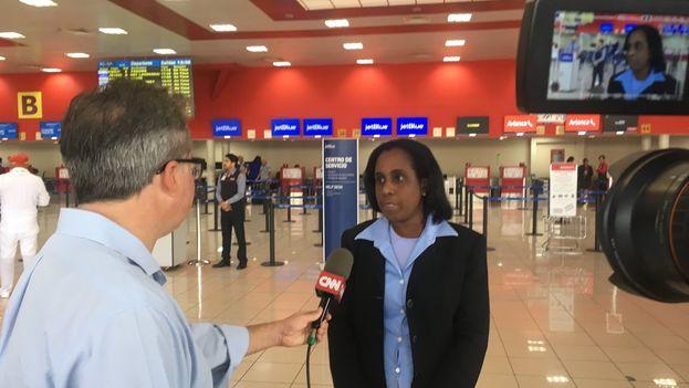 Ileana Núñez Mordoche en el aeropuerto de La Habana hablando con 'CNN' sobre la demora de su visado. (@CNN_Oppmann)