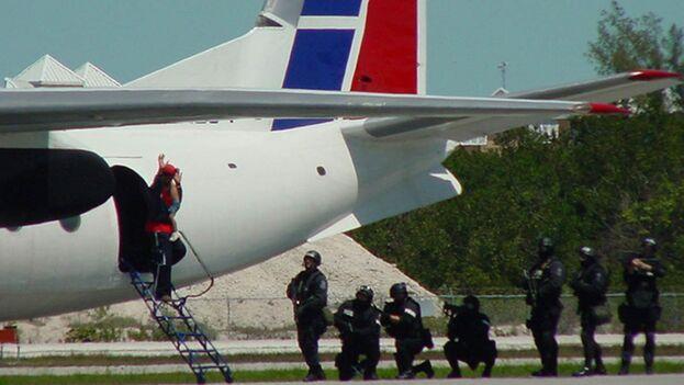 Imagen del momento en que Adermis Wilson desciende de la escalerilla del AN-24 el 1 de abril de 2003. (Departamento del Sheriff del condado de Monroe)