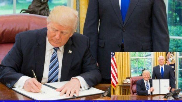 Imagen publicada por Donald Trump de la firma de la orden junto a Mike Pence. (@realDonaldTrump)