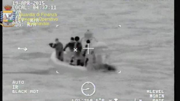 Imagen facilitada por la Guardia de Finanzas de las operaciones de rescate de los inmgrantes desaparecidos en el Canal de Sicilia