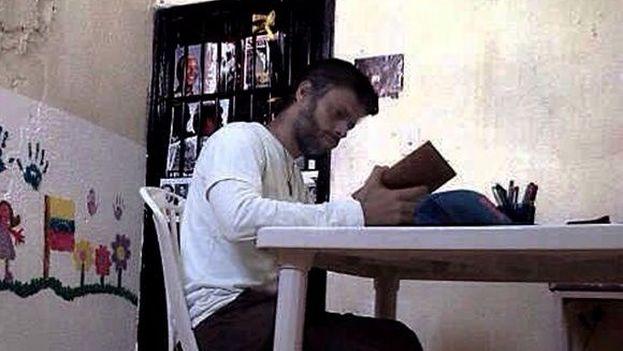Imagen publicada en el nuevo blog de Leopolodo López en la que se ve al opositor en prisión. (Diario de Leopoldo López)