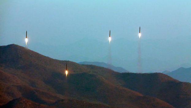 Imagen difundida por el Ministerio de Defensa de Corea del Norte del lanzamiento de los cuatro misiles balísticos. (Archivo EFE)