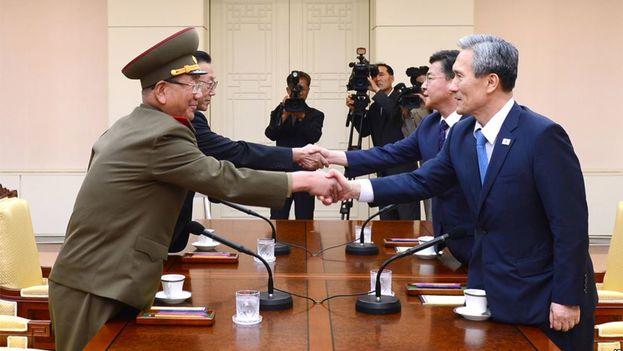 Imagen cedidapor el Ministerio para la Unificación de los primeros encuentros entre las dos Coreas. (YNA)
