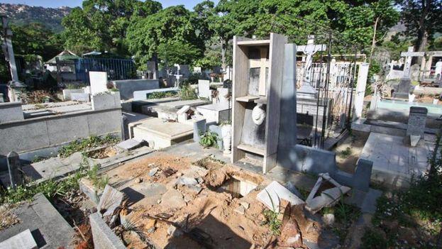 Imagen de la tumba saqueada de Rómulo Gallegos en Caracas publicada por su nieta en redes sociales. (Facebook)