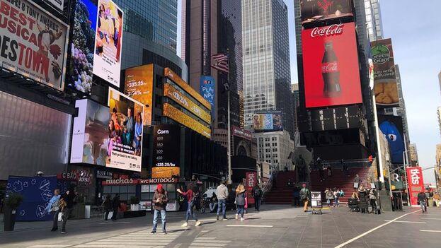 Imagen del 18 de marzo donde se ve la poca gente que transitaba por la icónica Times Square de Nueva York. (EFE/Cristina Magdaleno)