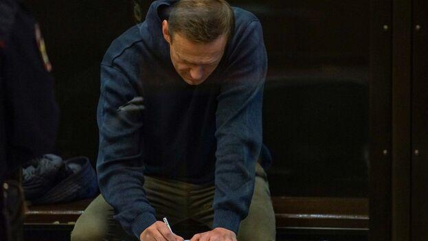 Imagen facilitada por el Tribunal Urbano de Moscú del opositor ruso Alexéi Navalni en la sala de vistas. (EFE/EPA/Moscow City Court Press Service)