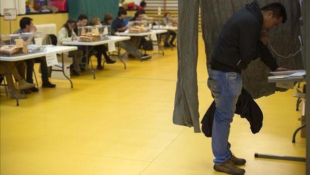 Imagen de una de las mesas electorales de un colegio público de Pamplona donde la jornada electoral transcurre con normalidad en todos los 359 colegios electorales de Navarra. EFE