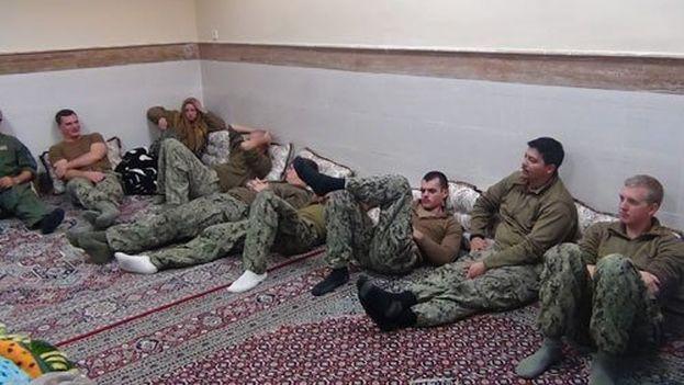 Imágenes distribuidas por la Guardia Revolucionaria iraní de los marines estadounidenses retenidos. (IRGC)