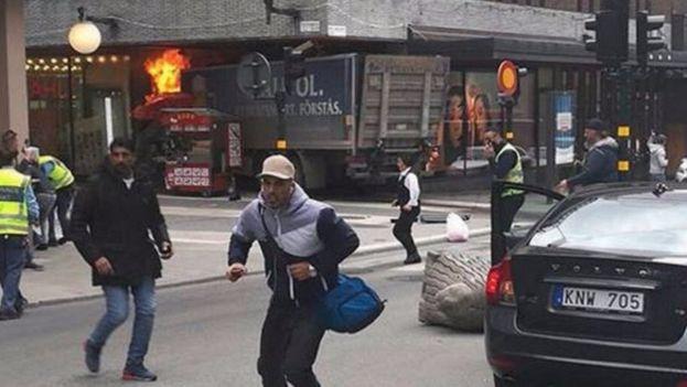 Imágenes del camión que ha atropellado a varias personas en el centro de Estocolmo. (Captura)