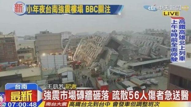 Imágenes de la televisión local muestran los edificios derrumbados a consecuencia del terremoto en Tainan, en el sur de Taiwán.