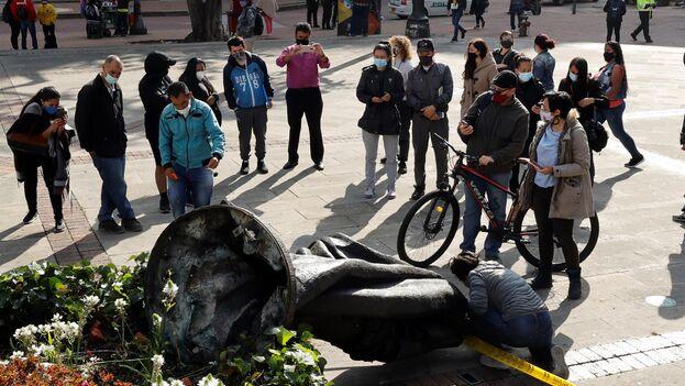 Indígenas de la comunidad Misak derriban en Bogotá una estatua de Gonzalo Jiménez de Quesada, fundador de la capital colombiana. (EFE/ Mauricio Dueñas Castañeda)
