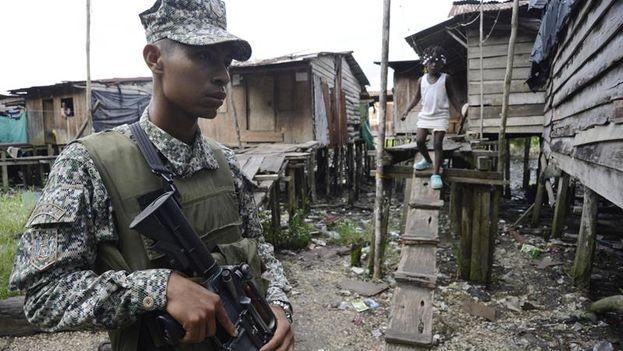 Infantes de marina colombianos en la localidad de Buenaventura. (EFE)
