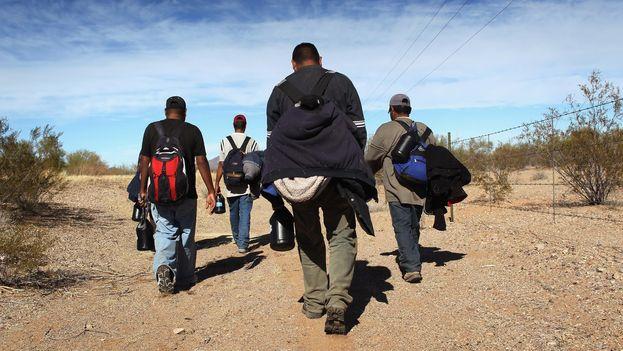Inmigrantes cruzan por tierra la frontera entre México y Estados Unidos