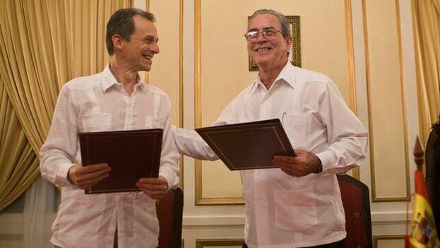 El ministro de Ciencia, Innovación y Universidades en funciones de España, Pedro Duque, junto al titular de Educación Superior de Cuba, José Ramón Saborido. (EFE)