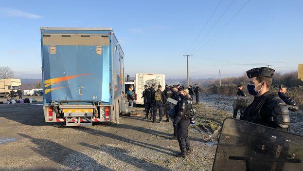 Inspección policial en las inmediaciones de la fiesta clandestina en Llinars, Francia, que duró más de 40 horas. (Twitter/@SamuelNohra)