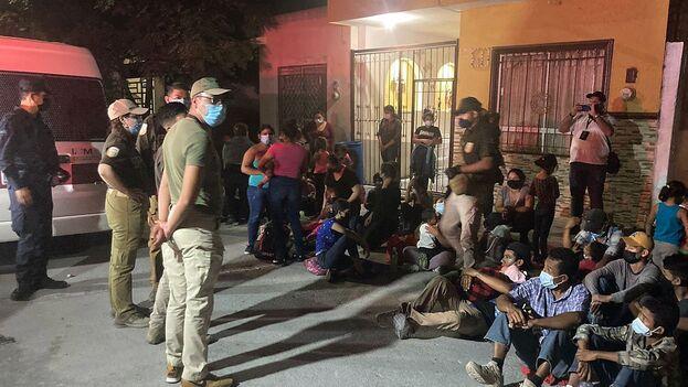 Agentes del Instituto Nacional de Migración junto a los inmigrantes en una casa de la ciudad de Monterrey, en Nuevo León. (EFE/Secretaría de Gobernación)