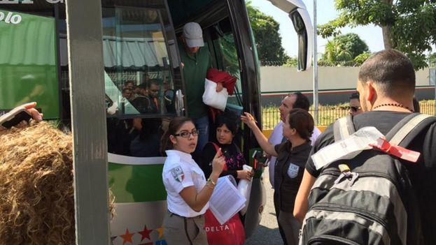 El Instituto Nacional de Inmigración mexicano recibe a los migrantes cubanos a su llegada a Tapachula. (INAMI)