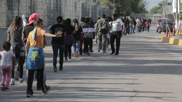Una línea de migrantes se dirige hacia el Instituto Nacional de Migración de México, donde serán procesados una vez que sean enviados de regreso a México desde Estados Unidos. (el Nuevo Herald)