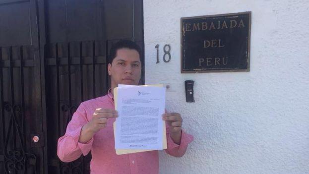 Integrantes de la Red hicieron entrega de la carta en varias instituciones, como la embajada de Perú. (Facebook)