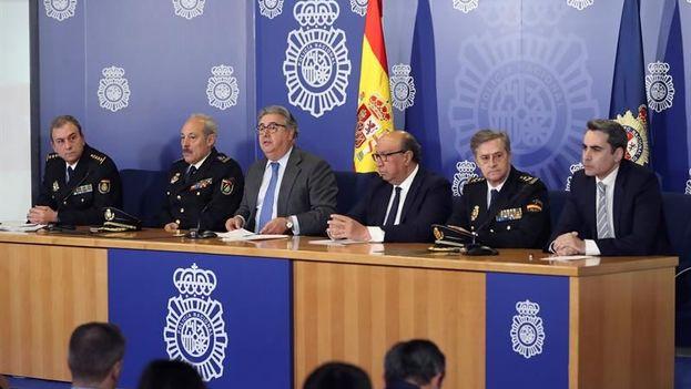 El ministro de Interior de España, Juan Ignacio Zoido, junto al director de la Policía, Germán López, entre otros, durante la rueda de prensa. (EFE)